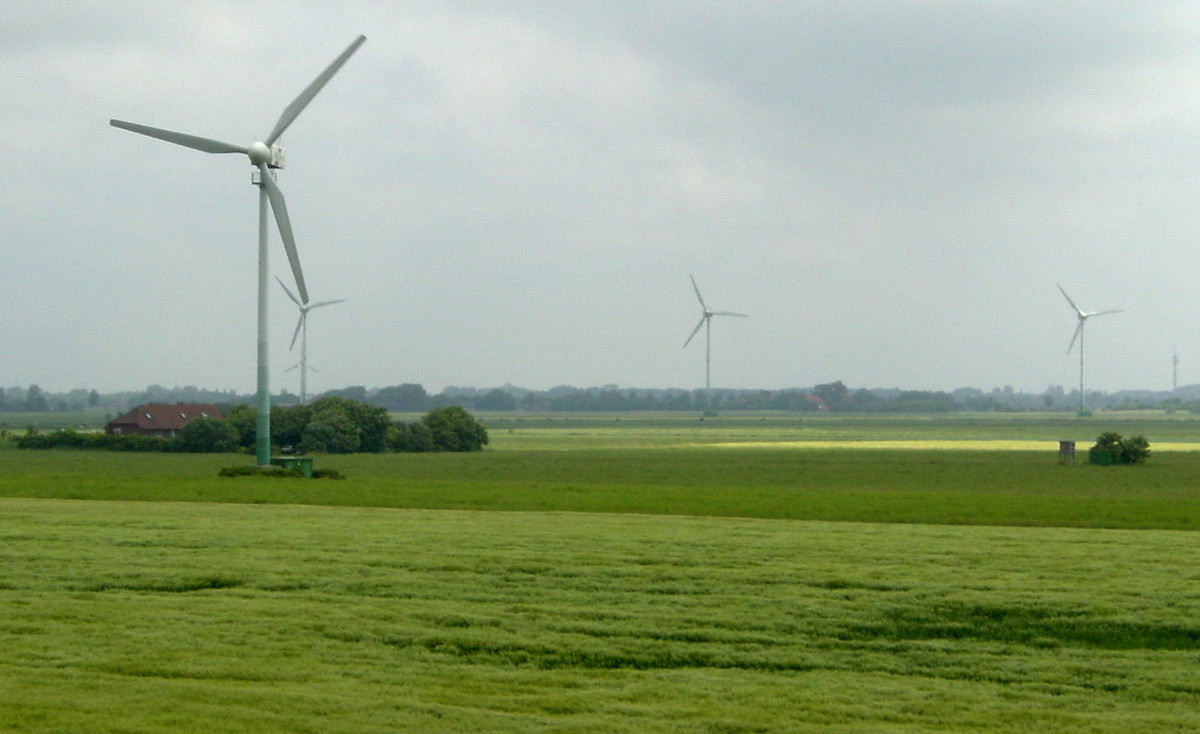 Windräder am Deich in Ostfriesland | Foto: Allie Caulfield / Flickr / CC BY 2.0