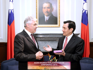 President Ma Ying-jeou receiving token of appreication from Dr Hofmeister