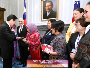 President Ma exchanging namecards with MPs