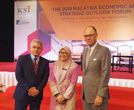 Isnaraissah Munirah Majilis, Deputy Minister of Energy, Science, Technology, Environment and Climate Change with H.E. Ambassador Nikolaus Graf Lambsdorff (r) and Wolfgang Hruschka, Country Director of KAS in Malaysia.