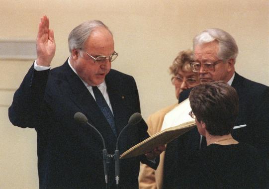 Der Bundestag wählt Helmut Kohl mit 378 gegen...