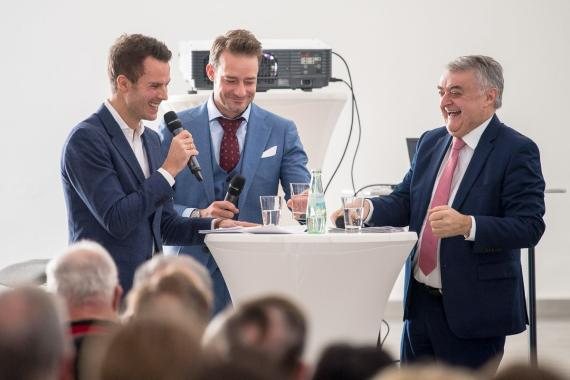 Maximilian Nowroth (Moderator), Oliver Huth und Minister Herbert Reul: Die Diskussion hatte humorvolle ...