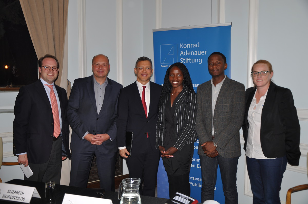 v.l.n.r. Dr. David Hornsby, WITS University, Dr. Holger Dix, KAS, Leslie Maasdorp, BRICS New Development Bank, Angela Mudukuti, Southern Africa Litigation Centre, Busiso Moyo, Studies in Poverty and Inequality Institute, Sarah Robinson, Bean There Coffee Company