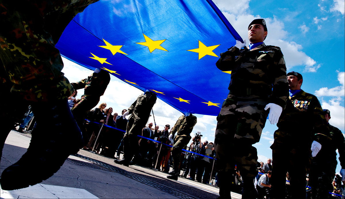 Soldaten tragen eine EU-Flagge © European Union 2014 - European Parliament / Flickr / CC BY-NC-ND 2.0