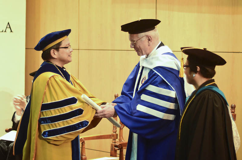 Fr Jose Ramon Villarin, President of the Ateneo de Manila University confers the Doctor of Humanities honoris causa to Dr Hans-Gert Poettering MEP