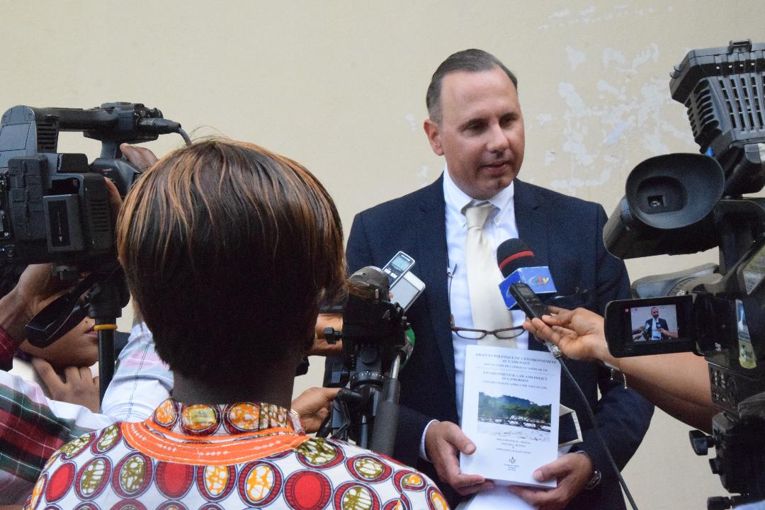 "Pressefoto - offizielle Buchpräsentation der KAS-Publikation ""Environmental Law and Policy in Cameroon _ Towards making Africa the tree of life"". Prof. Dr. Oliver Ruppel, Leiter KAS Regionalprogramm Klimapolitik und Energiesicherheit in Subsahara Afrika"