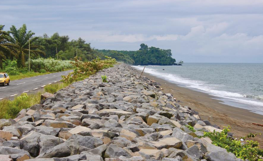A barrier between ocean and street in a tropical landscape | Foto: KAS/Ruppel