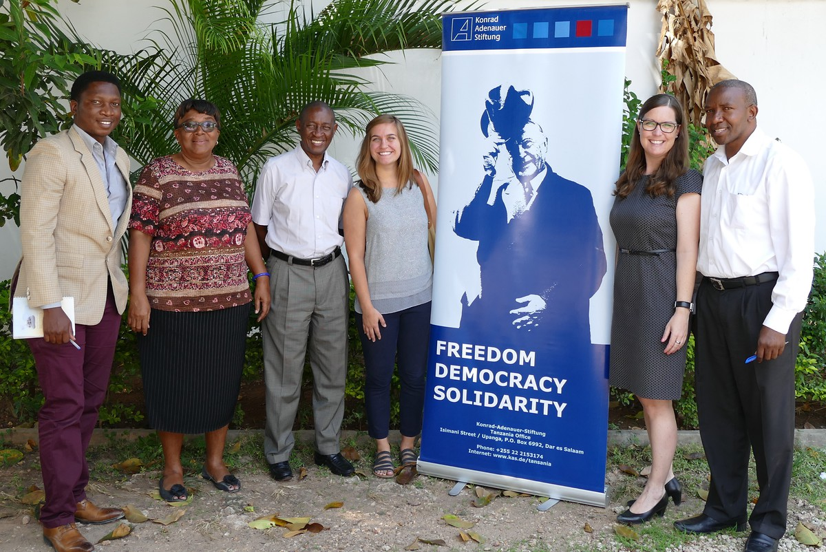 Gruppenfoto von Vertretern des International Republican Institute (IRI) in Washington D.C. und Dar es Salaam und KAS Tansania (v.l.n.r.): Tony Alfred (IRI), Judith Mndolwa (KAS), Richard Shaba (KAS), Jessica Finley (IRI), Stefanie Brinkel (KAS) und Erasto Ndeuka (KAS).