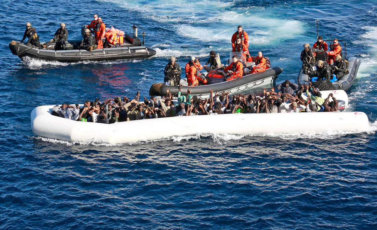 Soldiers save refugees and migrants from the open sea in the Mediterranean. | © Bundeswehr / Achim Winkler