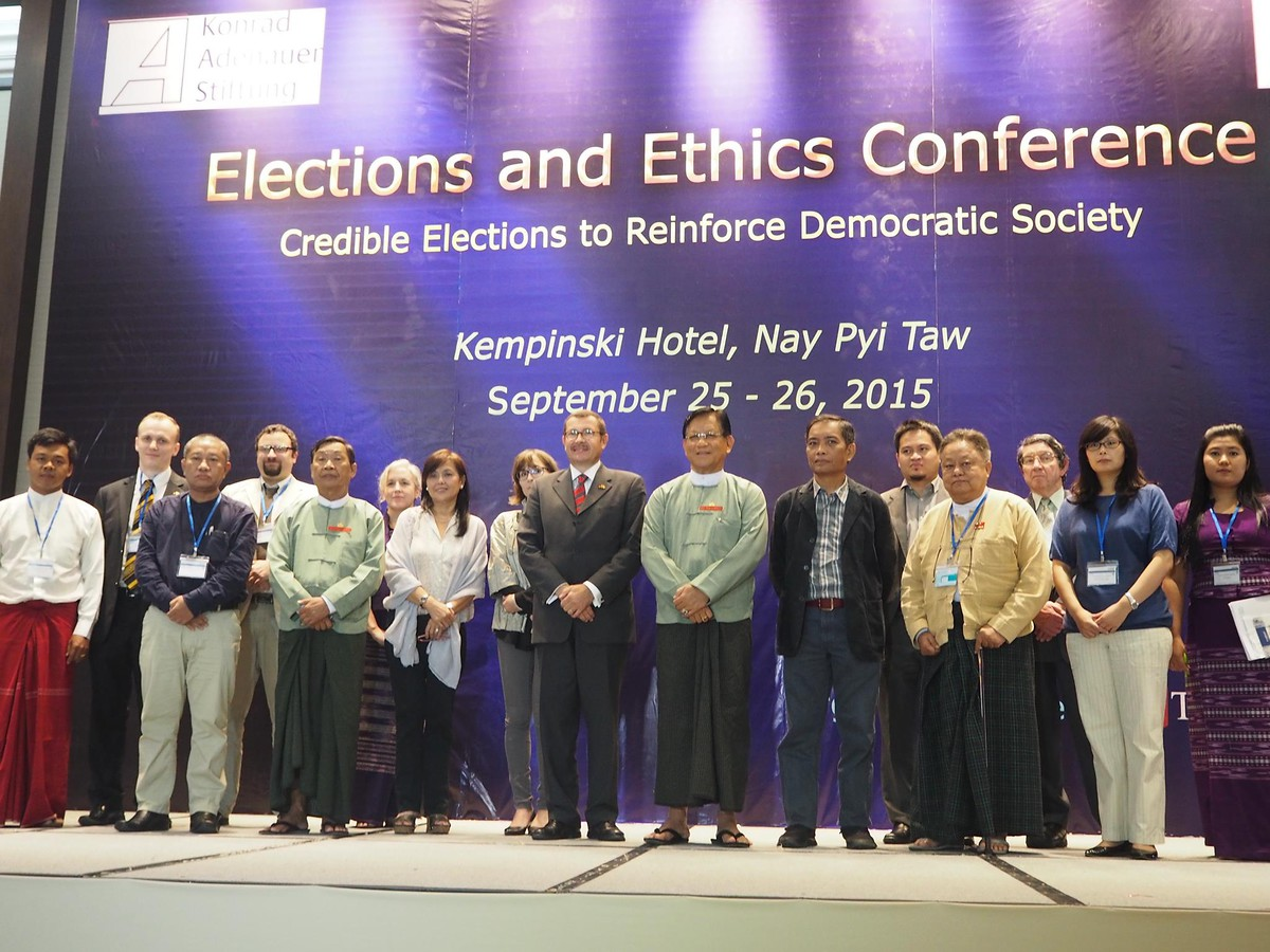 Gruppenfoto der Vortragenden und Organisatoren der Elections & Ethics-Konferenz in Naypyitaw am 25.-26. September 2015
