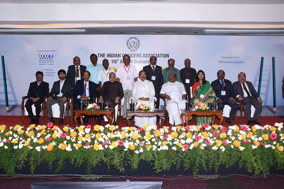 Der Vizepräsident Indiens, M Venkaiah Naidu, (in der Mitte), der Gouverneur von Tamil Nadu, Banwarilal Purohit, (links vom Vizepräsidenten) and der Minister for Fisheries and Personnel & Administrative Reform of Tamil Nadu, Thiru Jayakumar (rechts vom Vizepräsidenten)