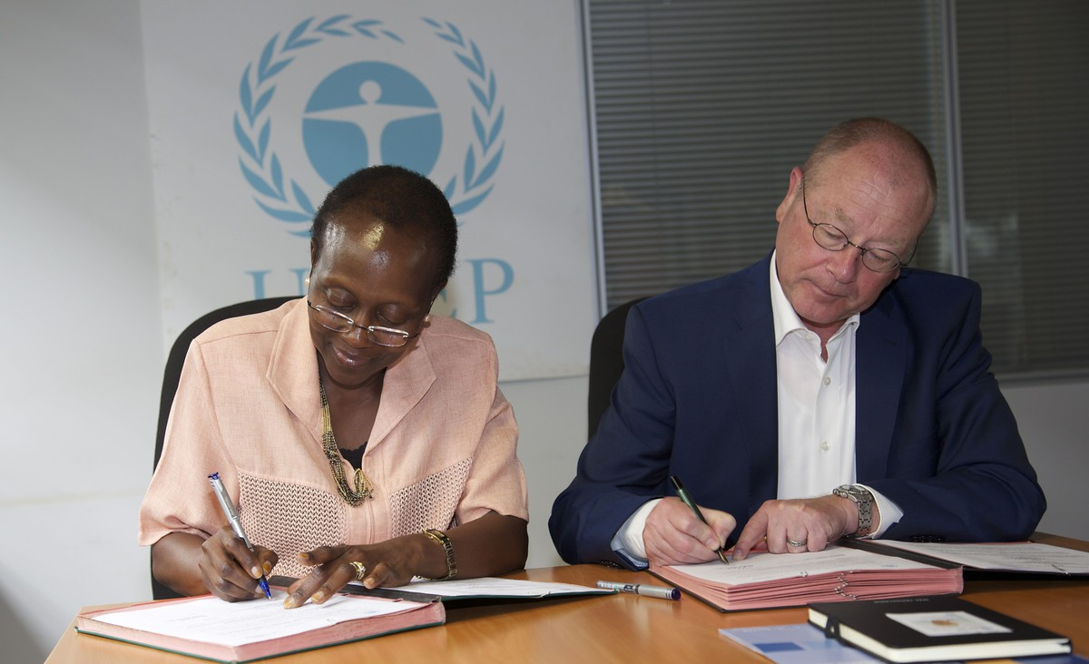 Ms Elizabeth Mrema, Director, Division of Environmental Law and Conventions, UNEP (L) and Dr. Arne Wulff, Director of KAS' Rule of Law Program for Sub Saharan Africa signing the agreement