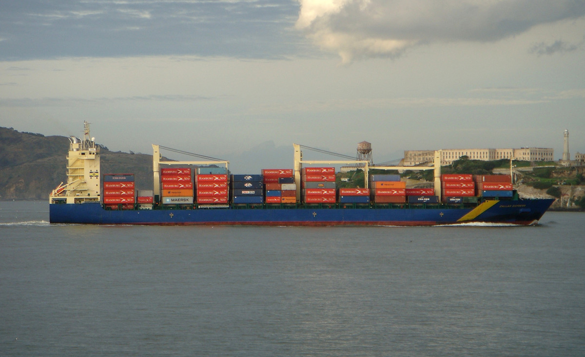 Ein Containerschiff im Marina District vor San Francisco, Kalifornien. | © beanhead4529 / Flickr / CC BY NC 2.0